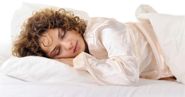 آشنایی با عوارض خوابیدن با موهای خیس
