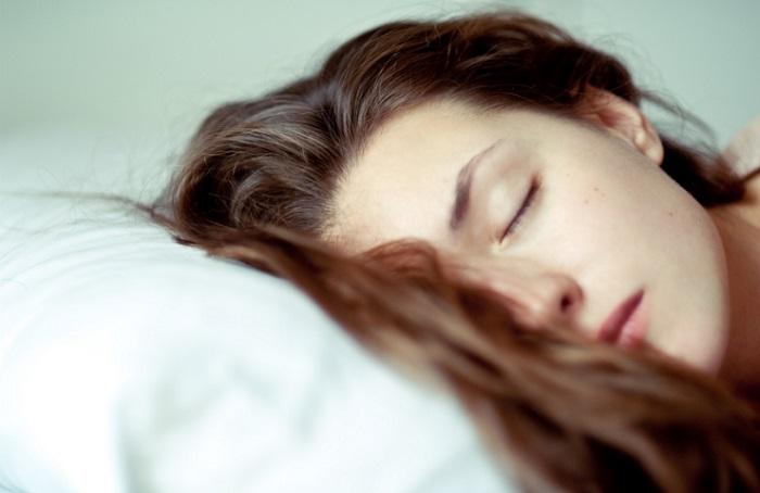آیا می دانید خوابیدن با موی خیس چه عوارضی دارد؟