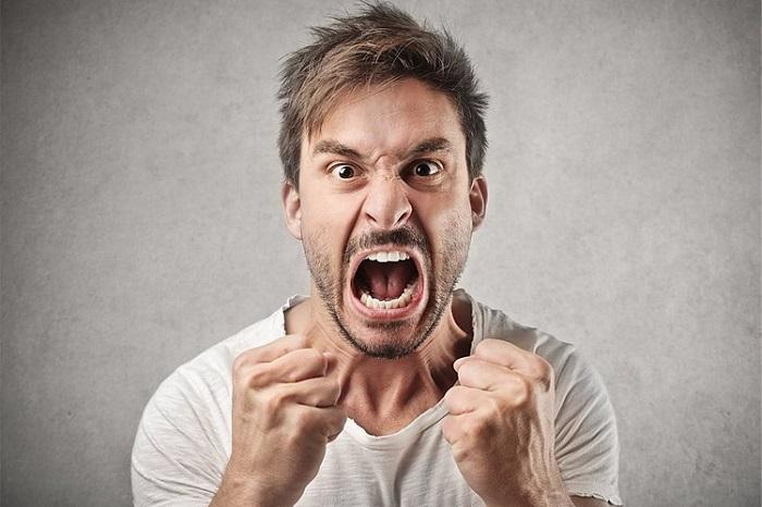 خشم یک احساس و هیجان است. در حالی که عصبانیت رفتار و اعمال من و شماست که البته گفتار را نیز در برمیگیرد. اولین پرسشهایی که مطرح میشود این است که چرا انسان خشمگین میشود و مراحل تبدیل احساس خشم به رفتار عصبانیت چیست؟ در پاسخ به این سوال که چرا انسان خشمگین میشود باید گفت که انسان موجودی است که از درد و رنج دوری میکند و از مرگ هم گریزان است. بنابراین هر عاملی که برای انسان درد و رنج بیاورد و یا زندگی اش را در خطر اندازد به شدت دفع میشود. چرا انسان خشمگین می شود؟ راهکارهایی برای کنترل خشم